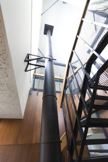 階段はエキスパンドメタルを採用。メッシュから光や空気が通り抜けるのも計算ずみ。