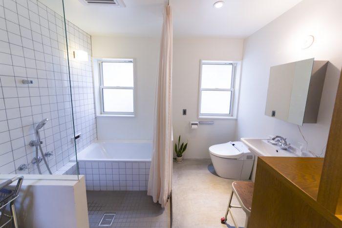 """バスルームのテーマは、""""工場に備え付けてあるお風呂""""。ランドリーなど水まわりは1カ所にコンパクトにまとめた。"""