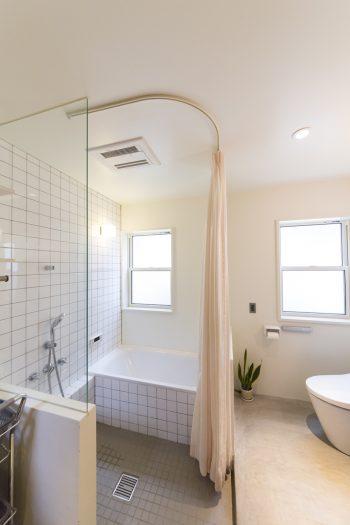 """""""長風呂はしない""""というバスルームは、あえてシンプルに。"""