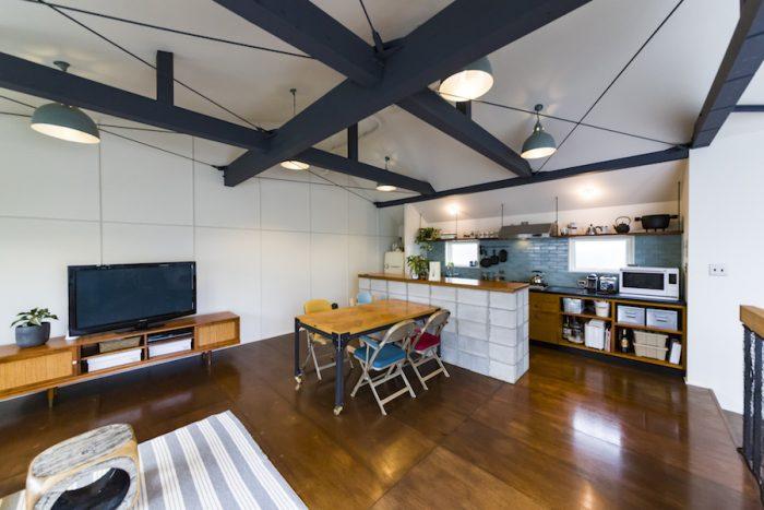 天井が露わになったリビングダイニング。3×6サイズを敷き詰めたラワンの床の風合いがマッチする。