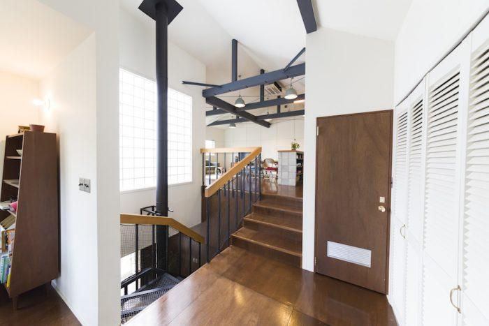 2階はスキップフロアで大空間に。ガラスブロックから光が家中を通過する。
