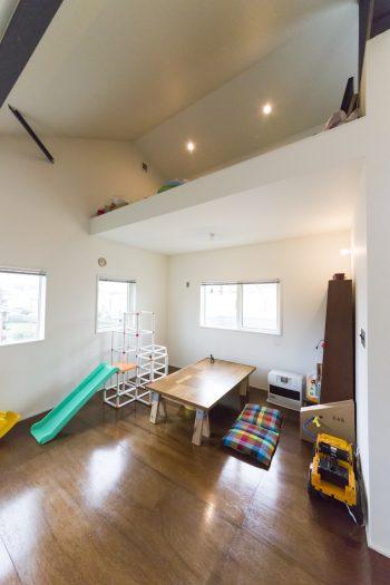 今はプレイルームとしている子供部屋の南側にはロフトも。いずれは仕切って2部屋にする予定。