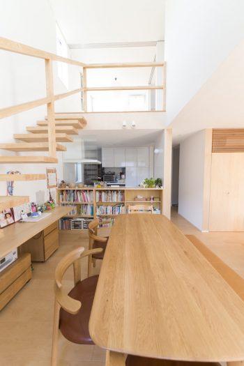 吹き抜けによる2階からの採光で、さらに明るく開放的に。軽やかな片持ち階段も明るさに一役。