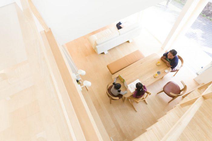 2階からリビングダイニングを見下ろす。階段と吹き抜けを通じて、どこにいても家族の声が届く。
