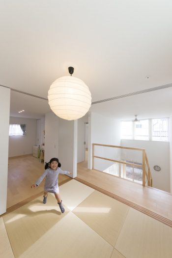 現在は部屋を区切らず、子どもたちのために自由度の高いスペースに。手すりはアクリルパネルを使用し、子どもたちが階下をのぞけるように配慮。