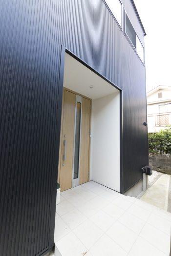 外壁は、メンテナンスフリーのガルバリウム鋼板。漆黒に輝き、モダンな印象。