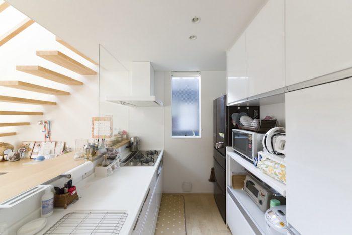 収納たっぷりで美しくも機能的なキッチン。メンテナンスのしやすいパナソニック製。