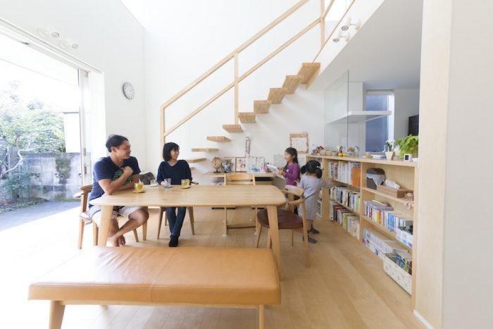 本棚は朋子さんのリクエスト。ダイニング脇のカウンター下に造ったことで、すぐに本を手に取れる。「子どもたちもよく本を読むようになりました」(朋子さん)