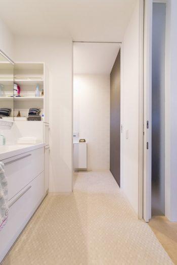 高齢者の生活スタイルを想定して、洗面所やトイレ、バスルームの入り口を広く取るなど、ゆとりをもたせた設計に。