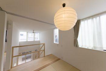 照明は、イサムノグチの「AKARI」シリーズ。あたたかな光が琉球風畳とも相性が良い。