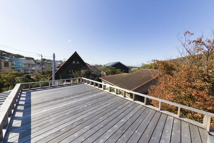 ルーフバルコニーからは富士山や江ノ島まで見渡せる。手摺りの高さを下げたことで、手摺りをベンチとして使えるようになった。