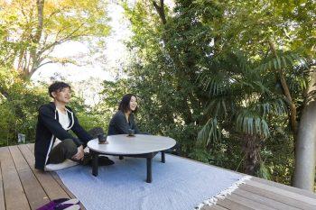 自分たちで塗装したちゃぶ台を広いデッキに出し、緑を眺めながらお茶をいただく。ここで友人と食事を楽しむことも。