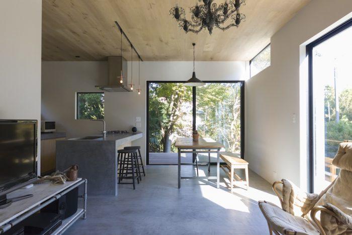 床暖房の入ったフロアは、モールテックスという耐水耐油性の高い塗料で塗装。
