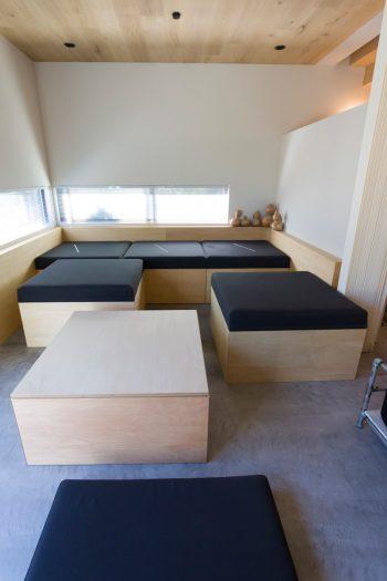 自由に動かせる箱は、上のクッションを外すとテーブル+フロアクッションになる。収納ボックスの役目も果たす。