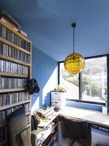 直樹さんの部屋はブルーの壁。「黄色の照明をつけると、ブルー+黄色でグリーンの部屋になって、かなり怪しいです(笑)」