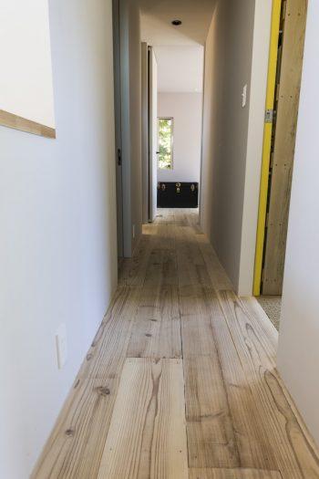 2階は足場板のフローリング。真理子さんの部屋は、仕事部屋の緊張感を出すためにサイザル麻のカーペット敷に。