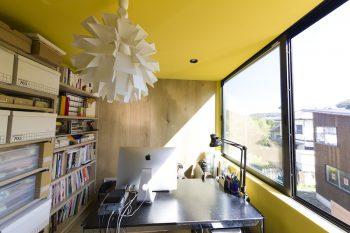 真理子さんの部屋は黄色。木目の壁面は、家の外観との一体感を感じさせる。