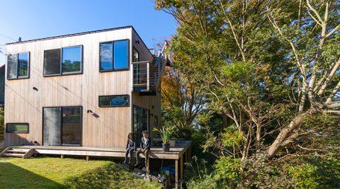 葉山の自然を愉しむ屋根より高い樹々とともに暮らす家