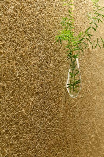 表面に飛び出した藁をあえて押さえず、素材感を楽しむ仕上げにしている。