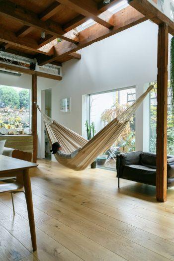 リビングにはハンモックを吊るせるようにした。「庭を見ながらリラックスします。ここで昼寝をすることもあります」。