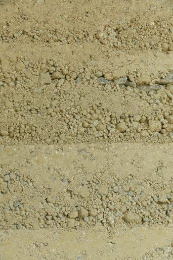 堀さん夫妻と友人たちでつくった版築の表情。層を描く土が美しい