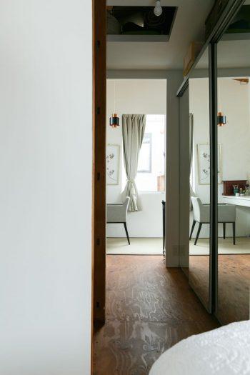 寝室の向こう側は、薫さんのメイクルーム。左右の鏡面張りの建具の内部はクローゼット。