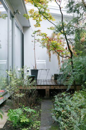 庭を正面から見たところ。限られたスペースを最大限に活用している。
