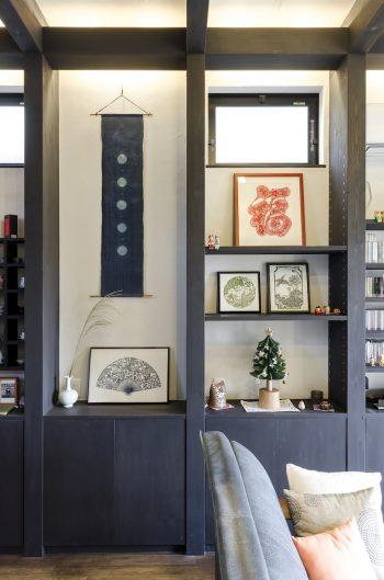 台湾時代に奥さんが習って制作した切り絵も何点か棚に置かれている。