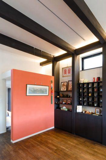 白と黒が基調の空間に差し色として艶やかな色が塗られている。