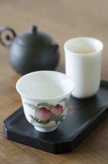 取材時にこの茶器でいただいたお茶は、日本で飲む機会の多いものとは別種の品の良い香りの漂うウーロン茶であった。
