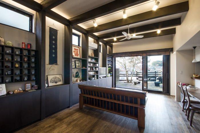 東西に長くつくられたリビング。右隅に見えるダイニングスペースで音楽を聴きながら本を読んでいると喫茶店にいるかのように落ち着くという。木製のサッシは持ち上がってスライドするタイプのもので、気密性に優れたものという。
