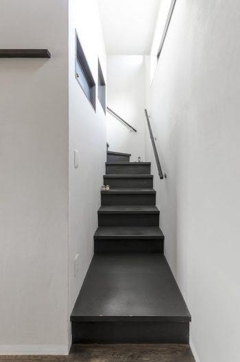 2階へ上る階段も黒に塗られた。