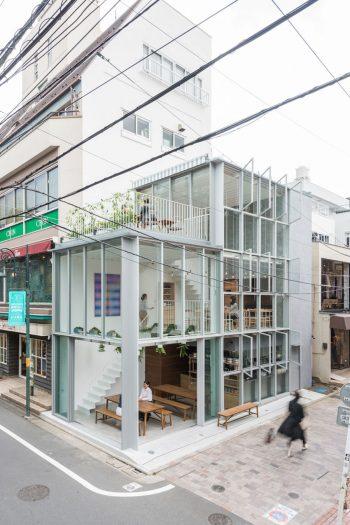 全面ガラス張りの店構え。昼間は日差しがたっぷりと差し込む。©Omote Nobutaka