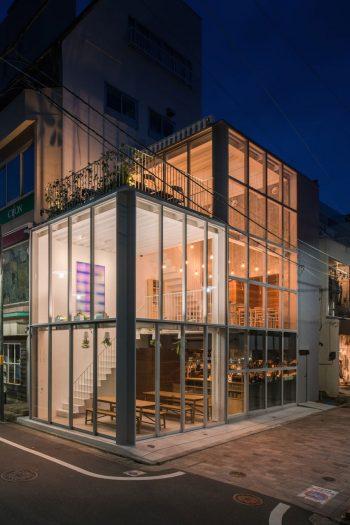 夜になると店内の灯りが街をほんのり明るく照らす。©Omote Nobutaka