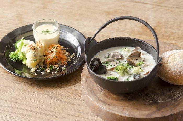 ある日のブランチメニューから。メインのスープは「魚介のチャウダー」。あさりと季節野菜がたっぷり入った優しい味わい。無農薬、低農薬の中から厳選した国産野菜を使ったサイドメニューも食べごたえたっぷり。1,250円〜。