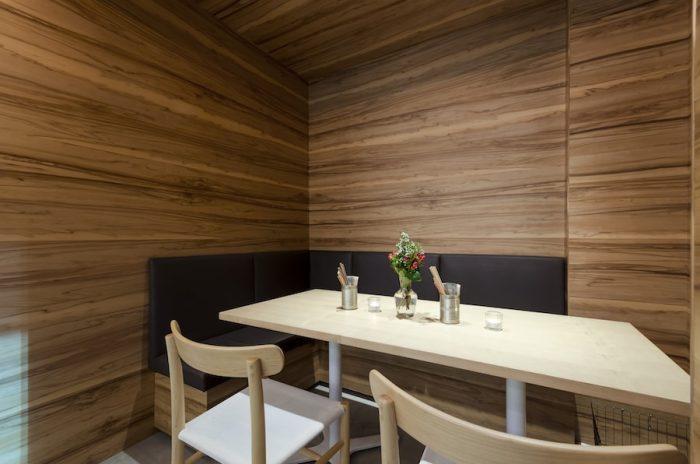 よりゆったりと食事を楽しみたいときにおすすめの半個室。木に囲まれた落ち着く空間だ。
