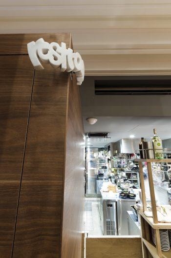 レストルームの壁には彫刻家・阿部亮太郎のアートピースがさりげなくかけられている。