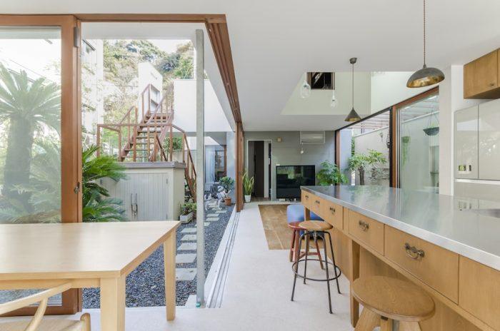 庭と室内のグリーンの計画は、奥さんの友人でフラワーデコレーターの西間木恵さんとondesignの3者で設計の初期段階から打ち合わせをしながら詰めていったという。
