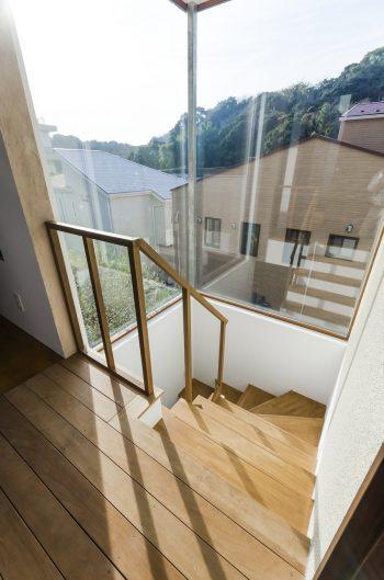 2面をガラスにして外の風景を楽しめる階段室。この右側に寝室がある。