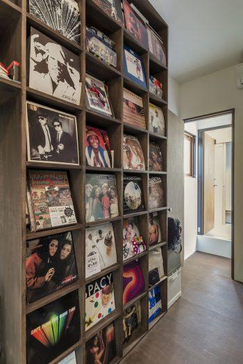 佐藤さんの趣味部屋には、希望通り、レコードをディスプレイする棚がつくられた。奥に見えるのが奥さんの趣味部屋。
