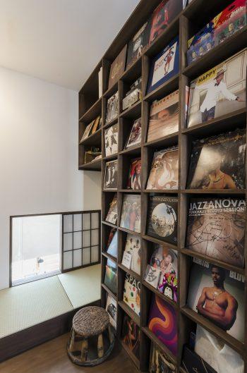 佐藤さんの趣味の部屋に設けられた小窓からはリビングを見下ろすことができる。