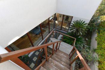 アメリカに滞在したときに見た階段の印象から「座っておしゃべりできるような」外部階段がつくられた。