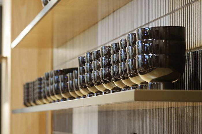 カウンターの目の前に整然と並んだ漆椀が清々しい。