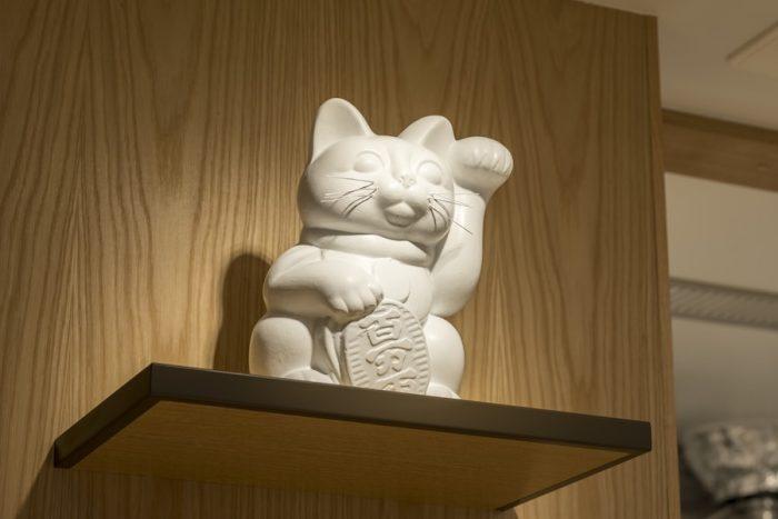 日本の縁起物、まねき猫が鎮座し、客を迎える。