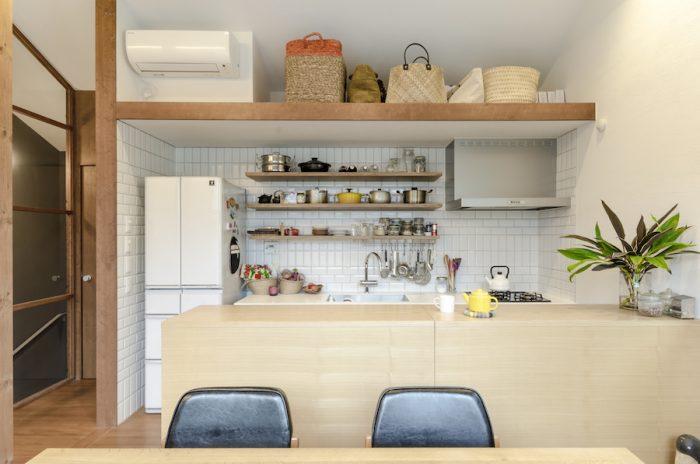 ZA DESIGN STUDIOというインテリアデザインの会社を主宰する望さん。やはり腕の振るいどころはインテリアのデザイン。カフェをイメージしたキッチンは、白タイルの張る向きを横だけでなく縦を混在させて変化をつけている。