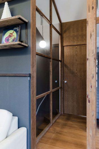階段室の壁をガラスにしたため、通常の壁で仕切ったよりも空間が広く開放的に感じられる。