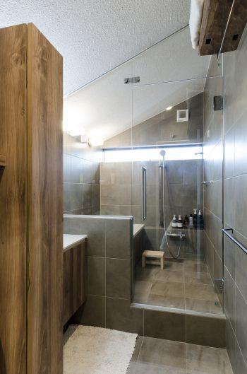 2階の浴室はホテルの浴室をイメージしたものという。