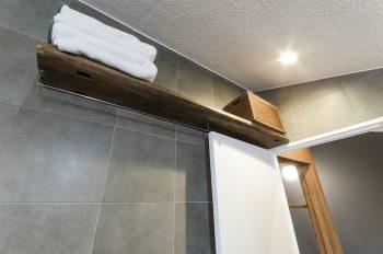 浴室の壁に付けられた棚にも望さんが集めていた古材が使用されている。