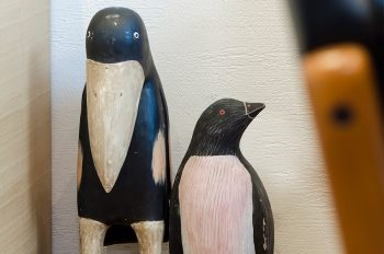 ダイニングのコーナーにはペンギンとカラスのかわいい置物が置かれていた。
