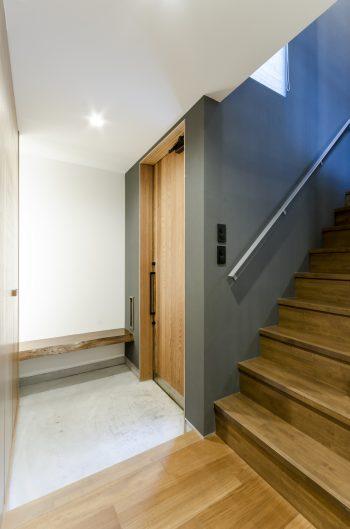 玄関部分。左にゲストルームとして使われている和室があるが、その一部をガラスにして玄関に視線が通るようにした。